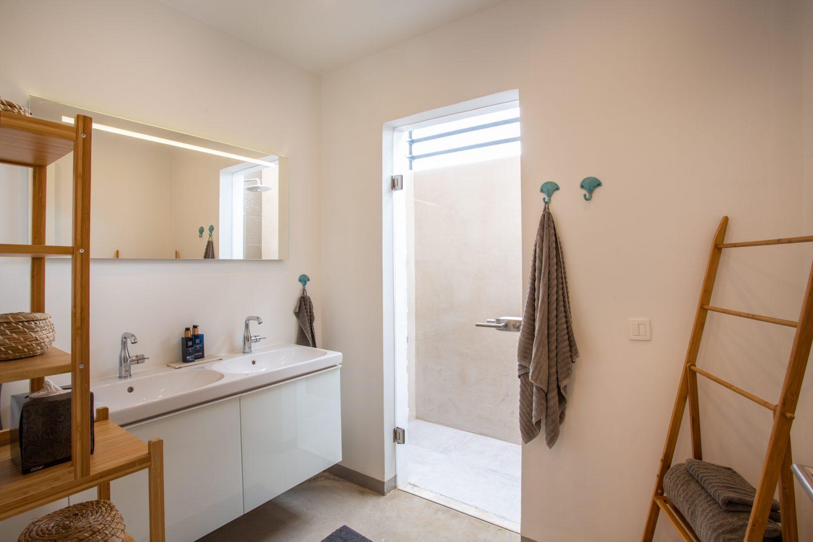 Ruime badkamer La Hasta met inloopdouche