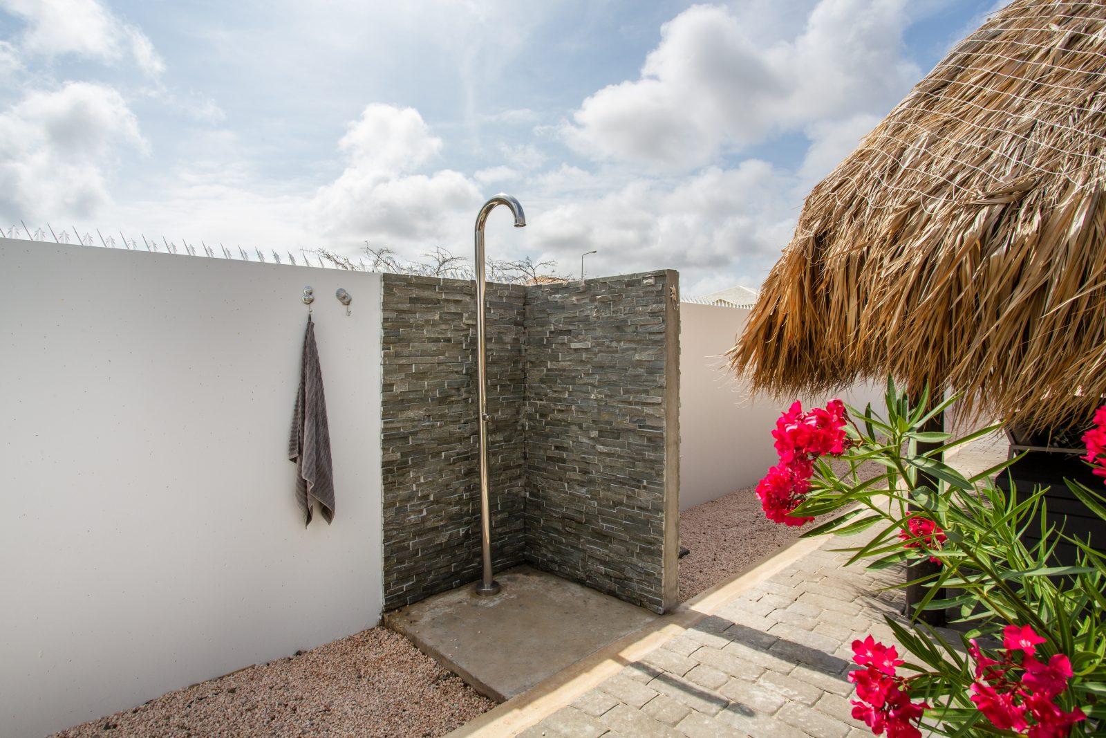 Buiten douche bij het zwembad